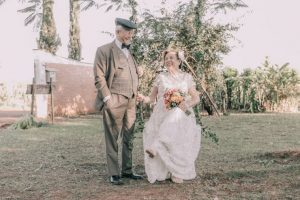 Vợ chồng tái hiện ảnh cưới với chiếc váy cưới được cất giữ gần 60 năm