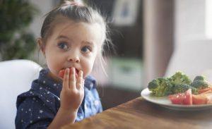 Những thực phẩm nên dùng và hạn chế khi trẻ bị ho kéo dài