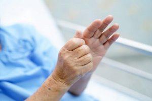 Cách phòng ngừa chứng run tay ở người cao tuổi