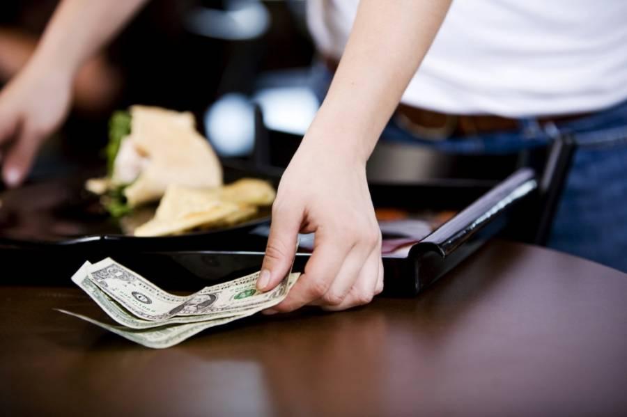 Giữ phép lịch sự trong khi ăn uốngvà học văn hóa tiền tip
